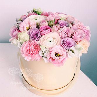 Гвоздики и розы в коробке